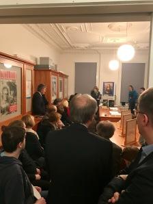 Die Papierrestauratorin Ulrike Schneider präsentiert Werke von Marcel Duchamp