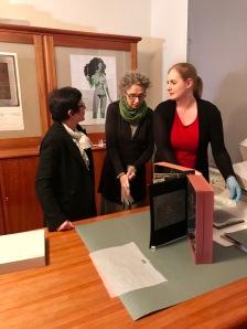 Dr. Kornelia Röder im Gepräch mit den Papierrestauratorinnen