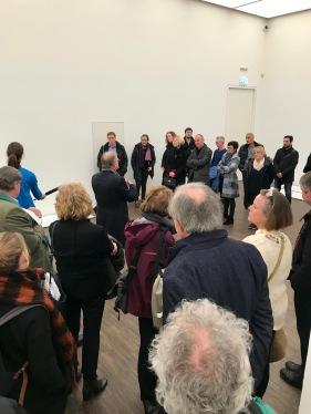 Dr. Gerhard Graulich erläutert das Ausstellungskonzept