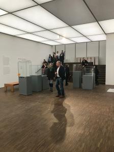 Noch unsortiert stehen die Vitrinen im Ausstellungsraum